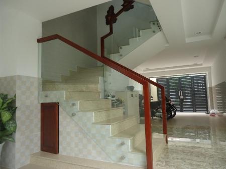 Công dụng và vẻ đẹp của những chiếc cầu thang kính
